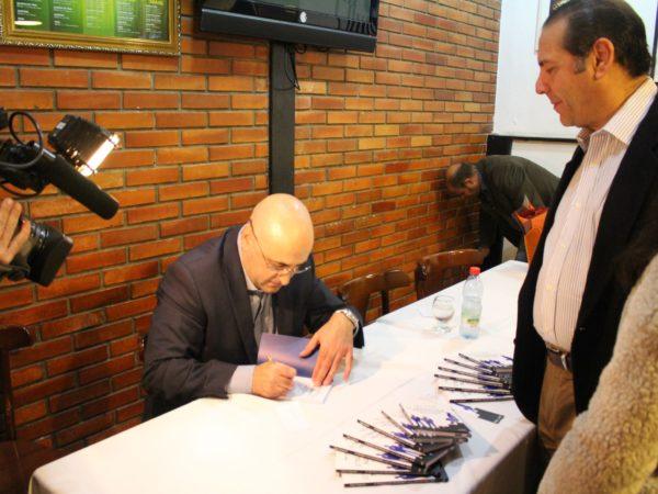 Diego Casagrande autografa O Triunfo das Nulidades - 2014
