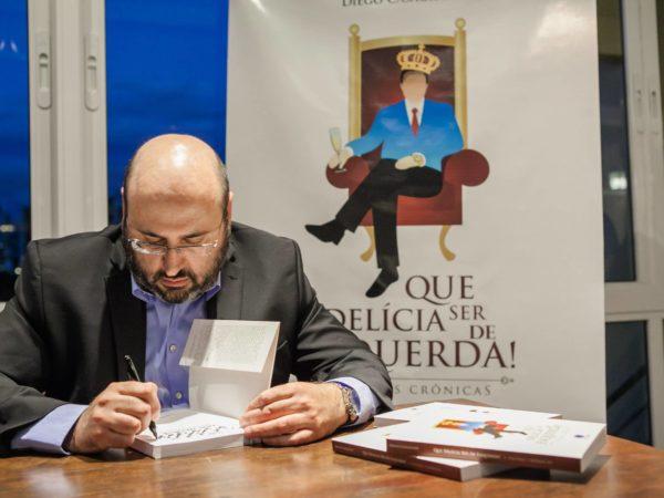 Diego Casagrande autografa Que Delícia ser de esquerda - 2016 (2)